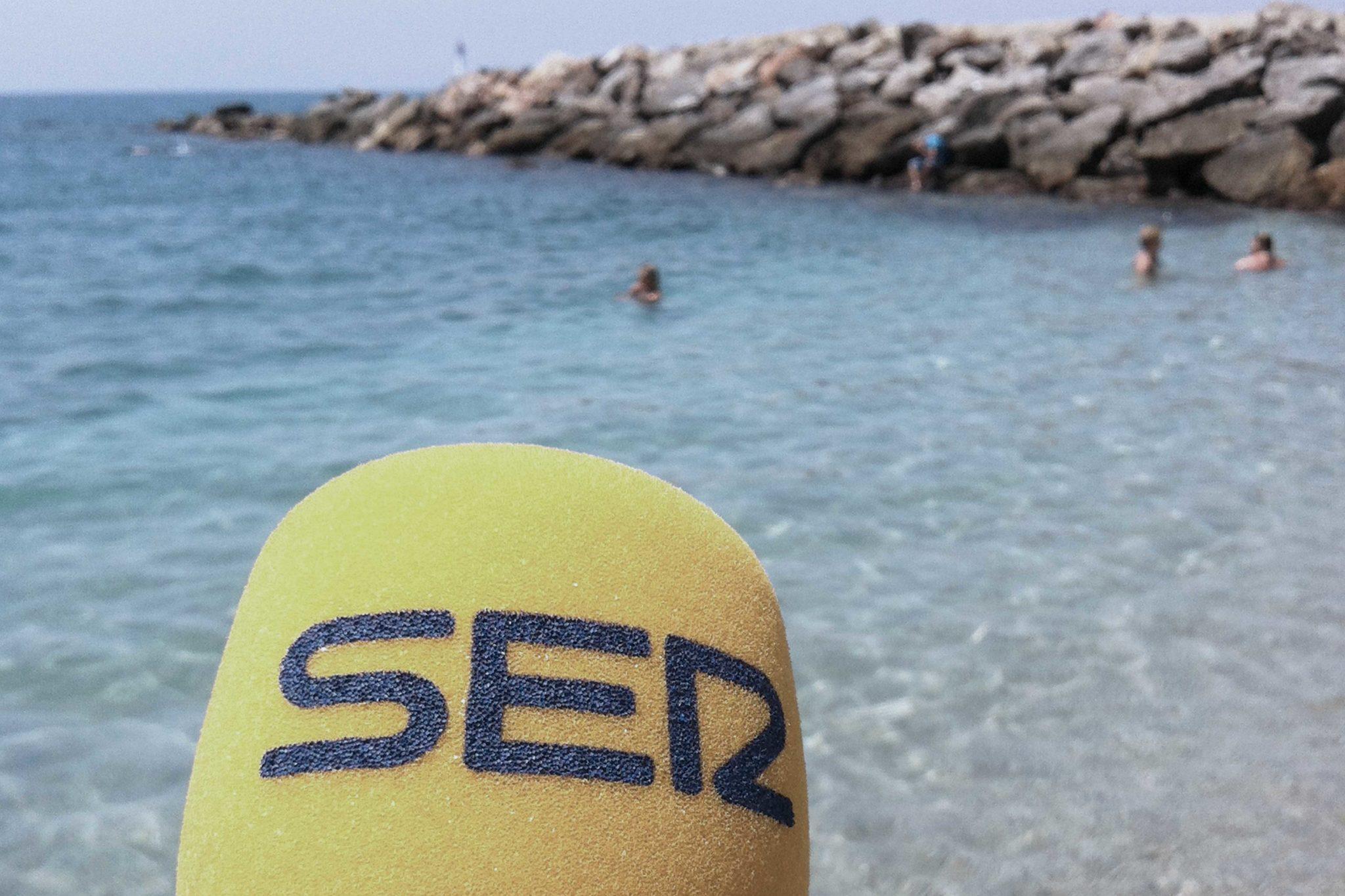 Micro de la Cadena SER frente a la playa de Almería