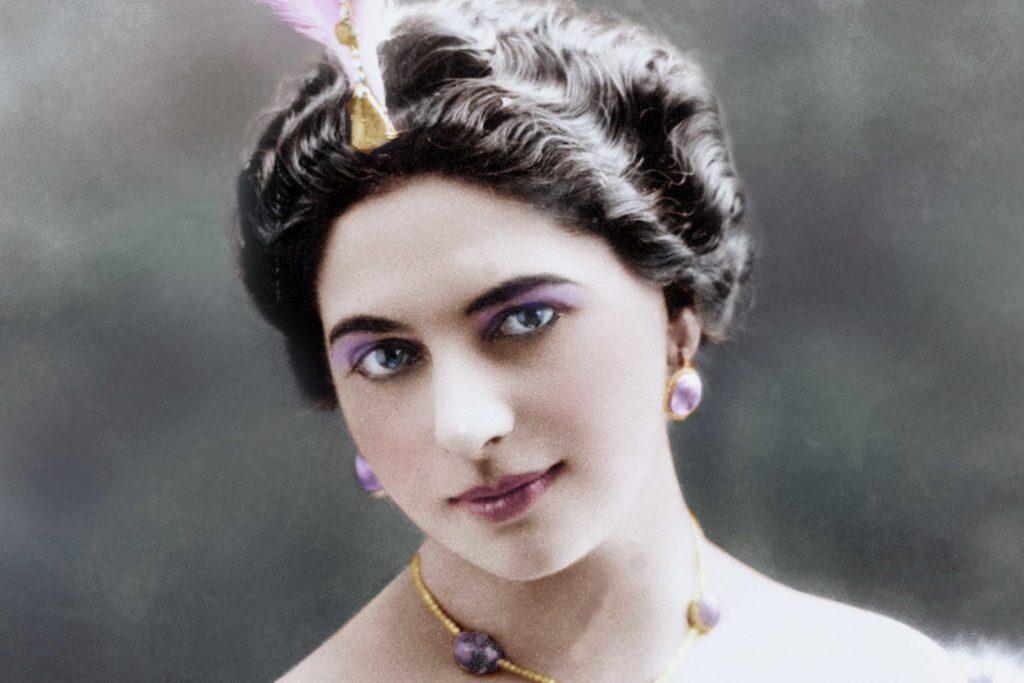 Margaretha Geertruida Zelle, más conocida como Mata Hari,  fue una famosa bailarina, cortesana y espía neerlandesa. Con las danzas brahmánicas y orientales triunfó en Europa.