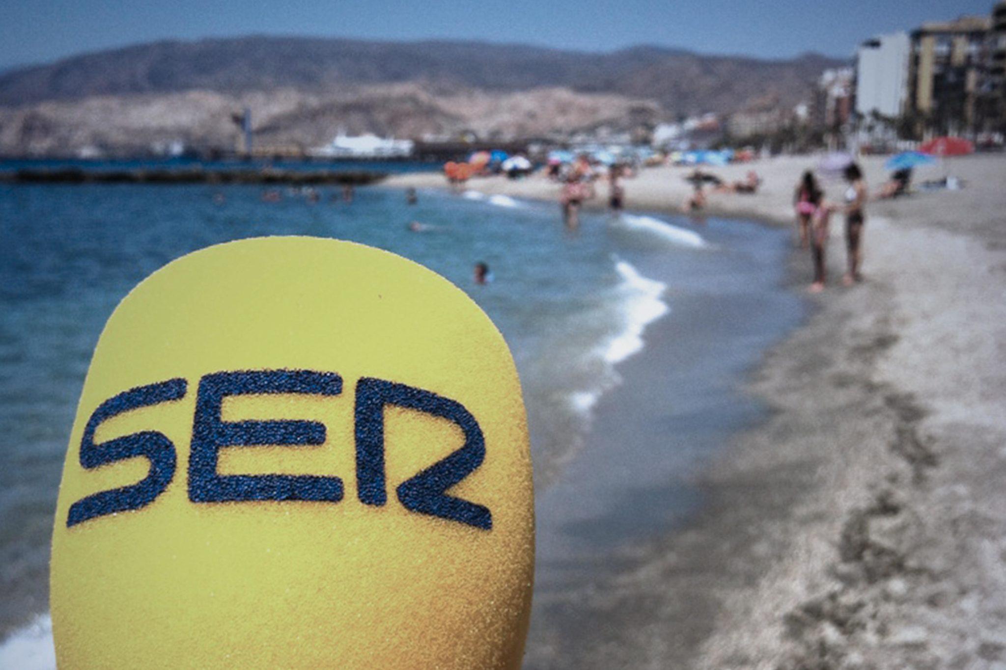 Micro de la Cadena SER frente al rompeolas de la playa de El Zapillo (Almería)