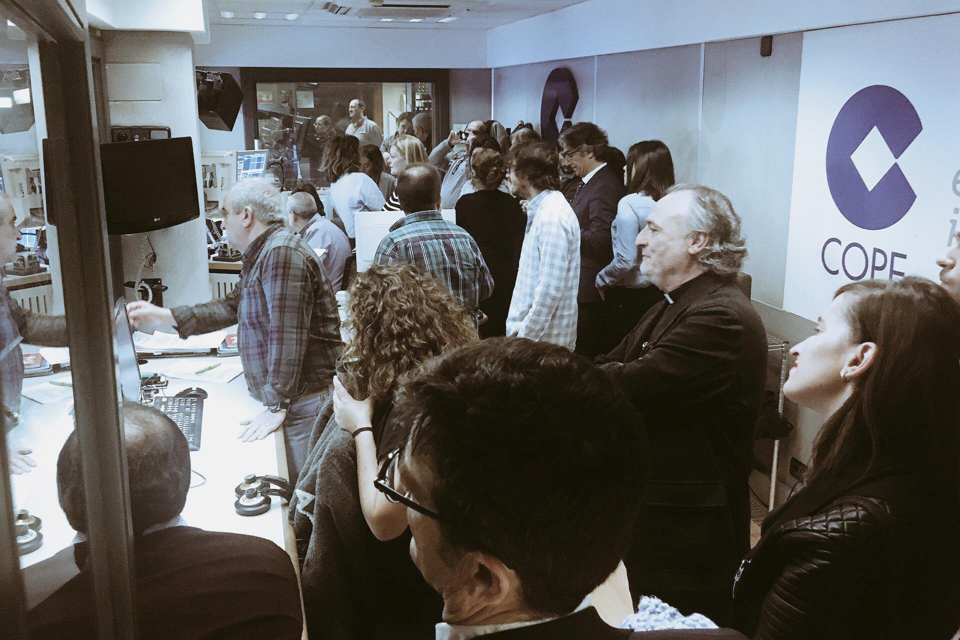 El control del estudio principal e COPE lleno de espectadores de la entrevista a 4 en el día mundial de la radio