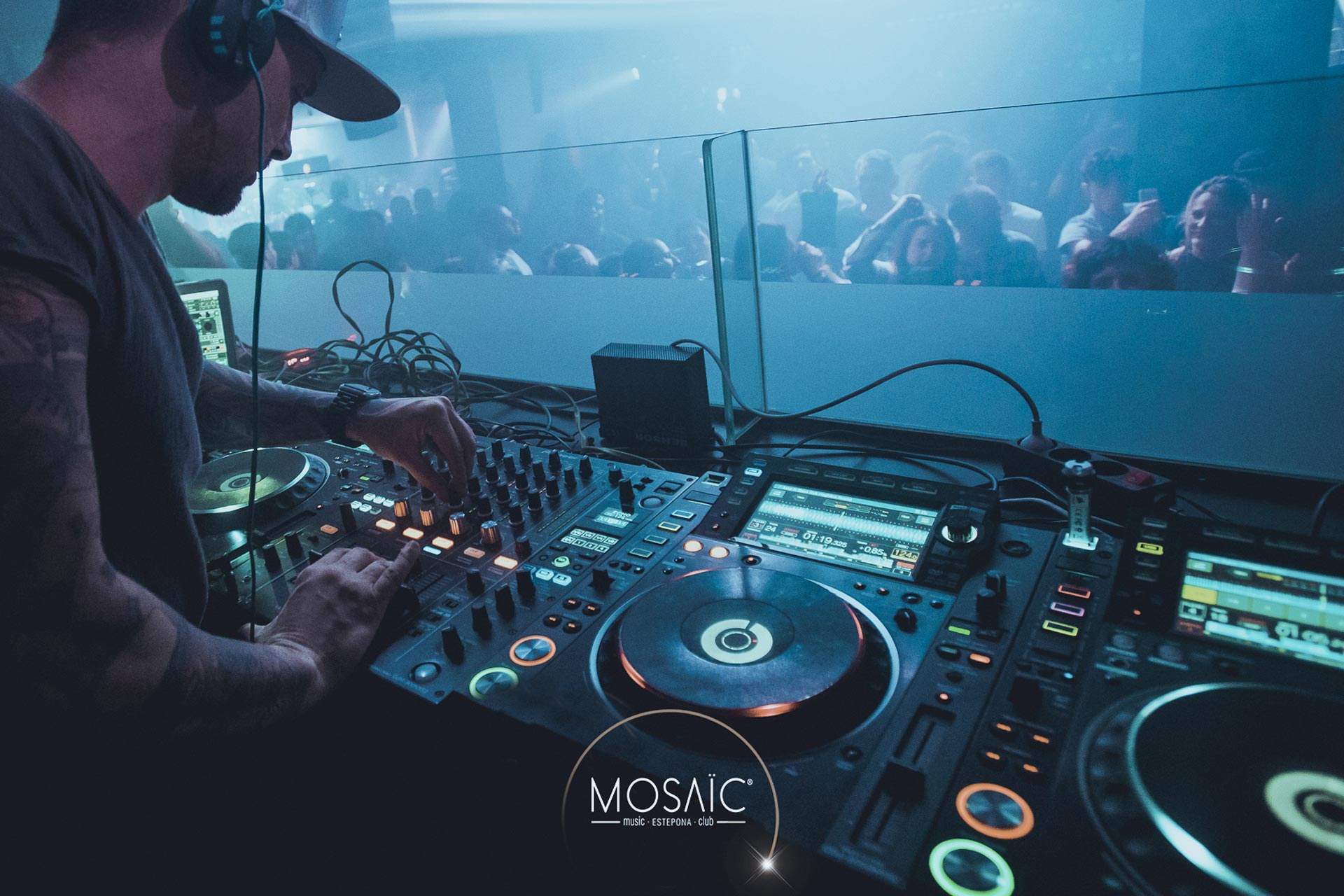 Chris Damon pinchando en Mosaic Music Club