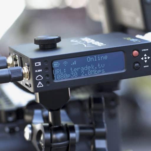 Dispositivo emisora Teradek con el que se emite señal de vídeo en directo montado en una cámara