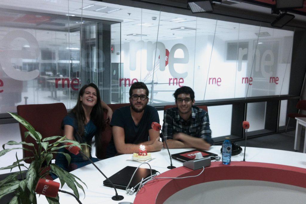 Paula Mayoral, directora y presentadora; Cele Díaz, realizador y copresentador; y Gonzalo Dacuña, productor