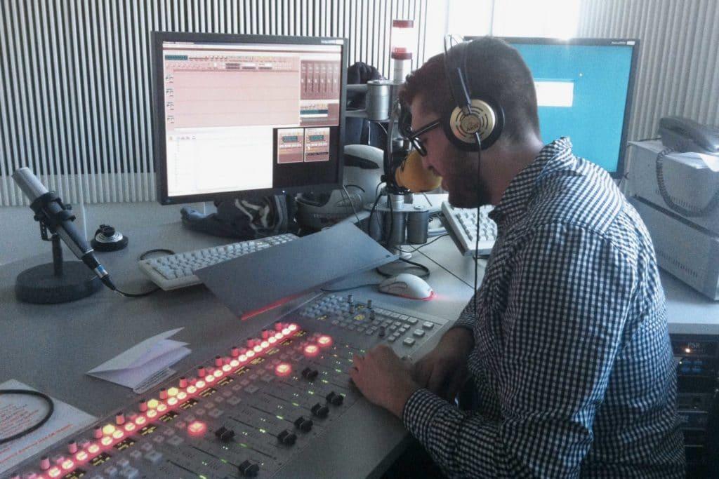 Cele Díaz haciendo la sección El retrovisor para Hoy por Hoy Almería desde Cadena SER Madrid