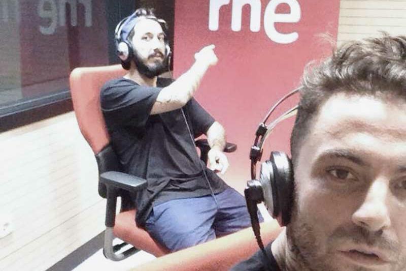 Edgar Candel Kerri y Cumhur Jay (The Zombie Kids) en el estudio de RNE Santiago de Compostela siendo entrevistados.