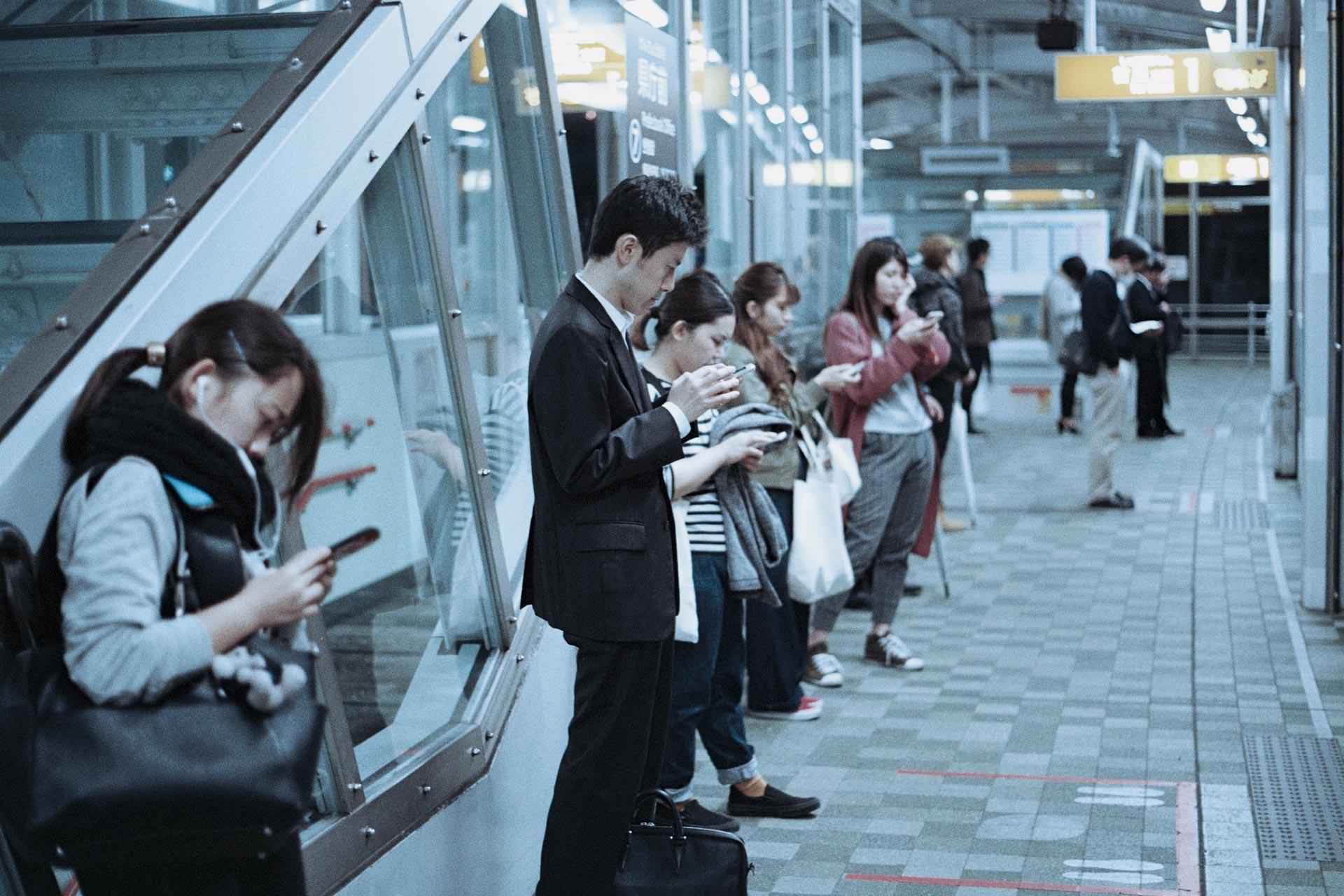 Atribuciones Varias personas mirando su teléfono móvil