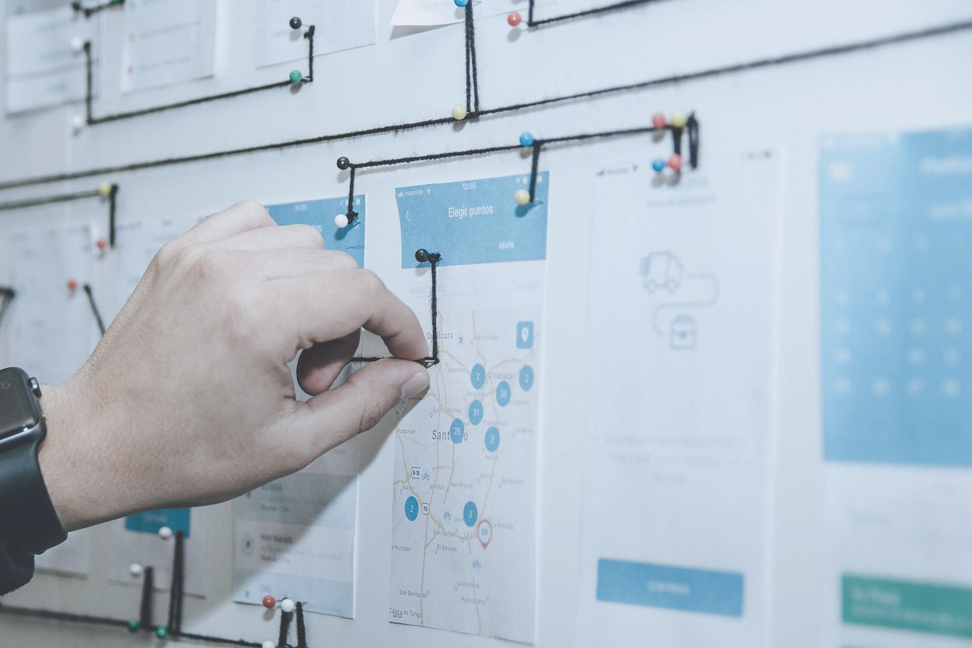 Atribuciones Diseñador uniendo puntos en un diseño en un corcho