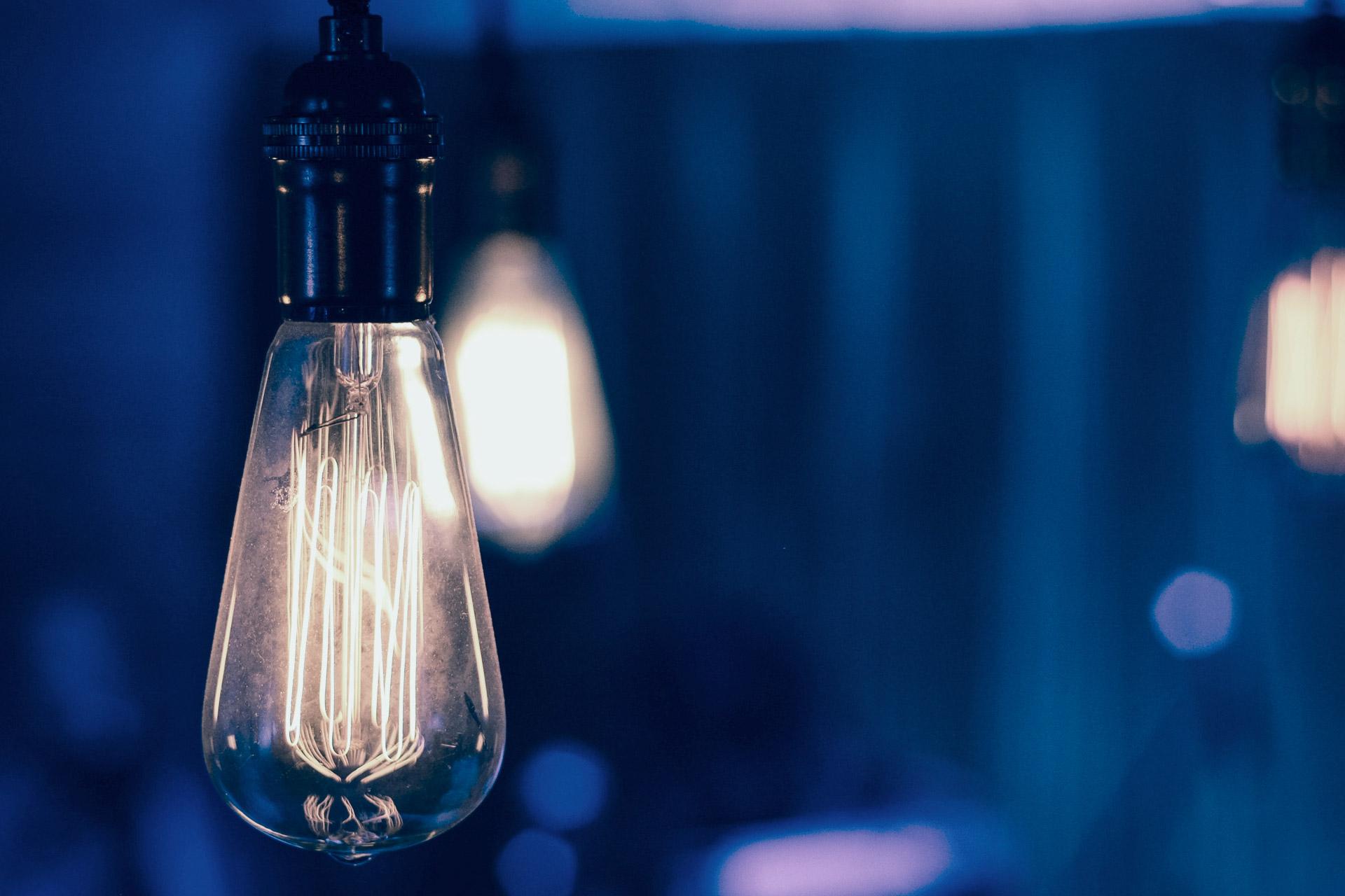 Atribuciones Varias bombillas representan ideas de innovación