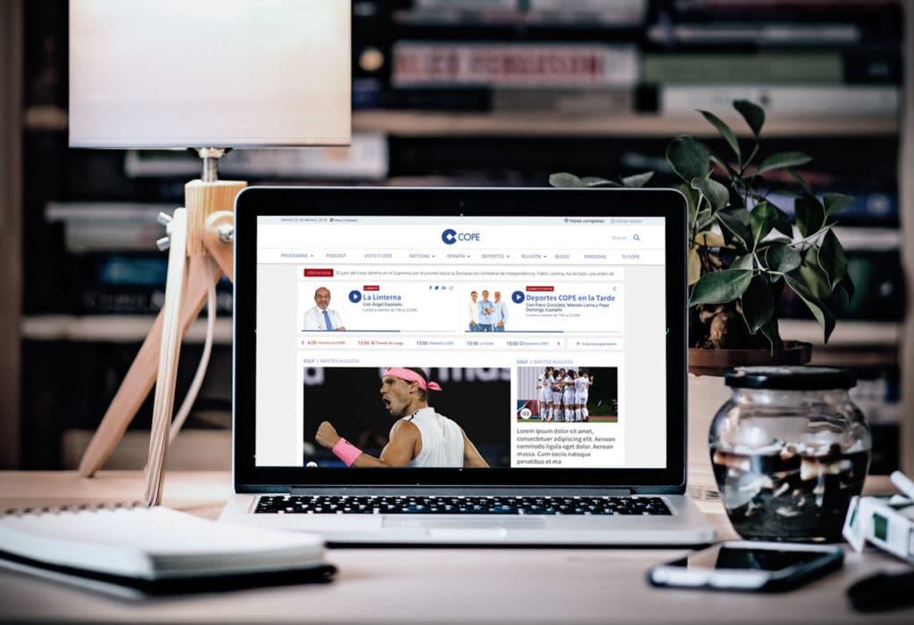Mac Book Pro con diseño UX UI de la home de cope.es en versión desktop